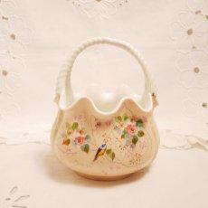 画像1: 花と小鳥柄 カゴ型ピンク陶器の器 (1)