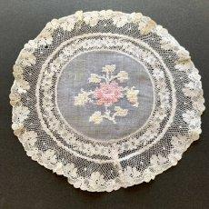 画像1: 薄ピンクの花刺繍 ノルマンディーレースのドイリー ラウンドA (1)