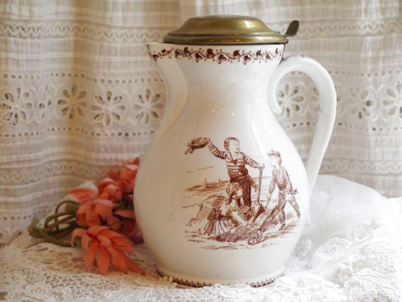 画像1: クレイユモントロー陶器 子供柄の蓋付きジャグ (1)