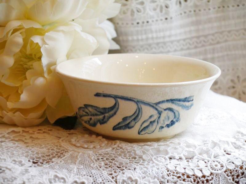 画像1: 通常価格¥4500→¥2250 ブルー花柄陶器のボウル (1)