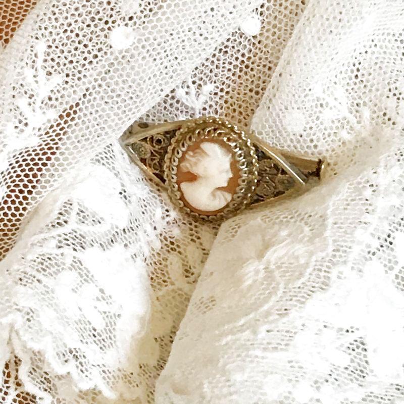 画像1: 貴婦人モチーフ シェルカメオの小さなブローチ (1)