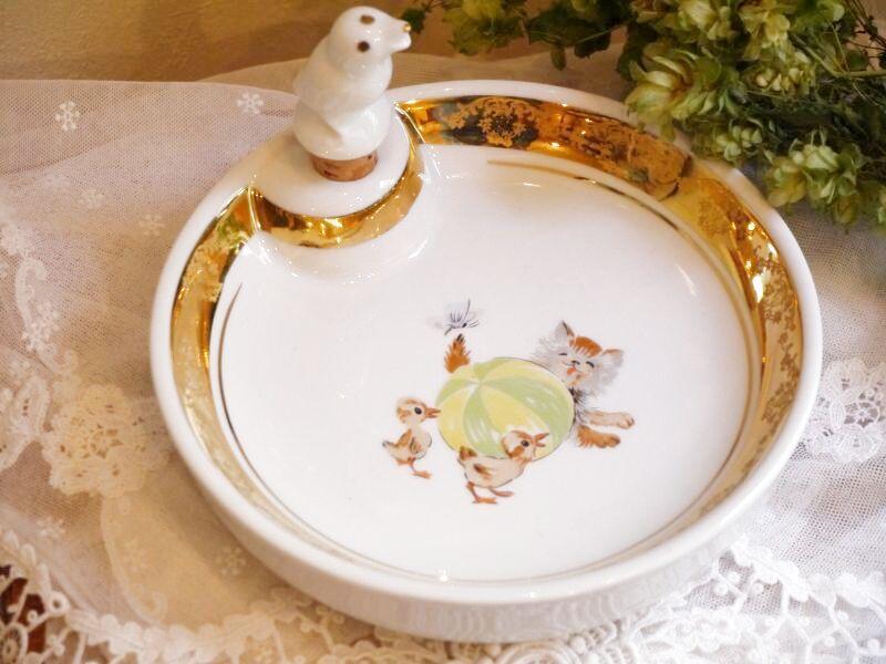 画像1: 猫とアヒルのヒナの絵柄 子供用保温皿 (1)